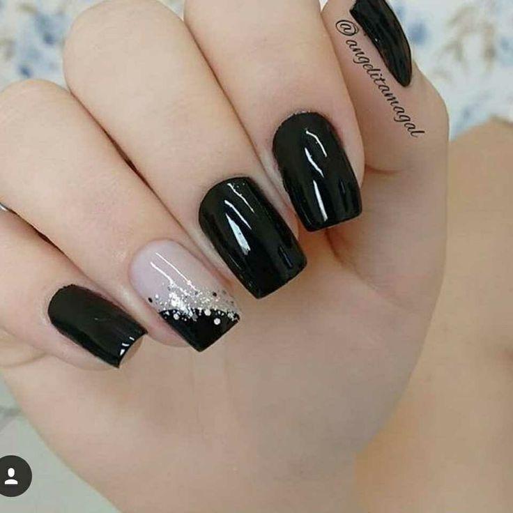 Uñas negras y acento uña  con  brillos
