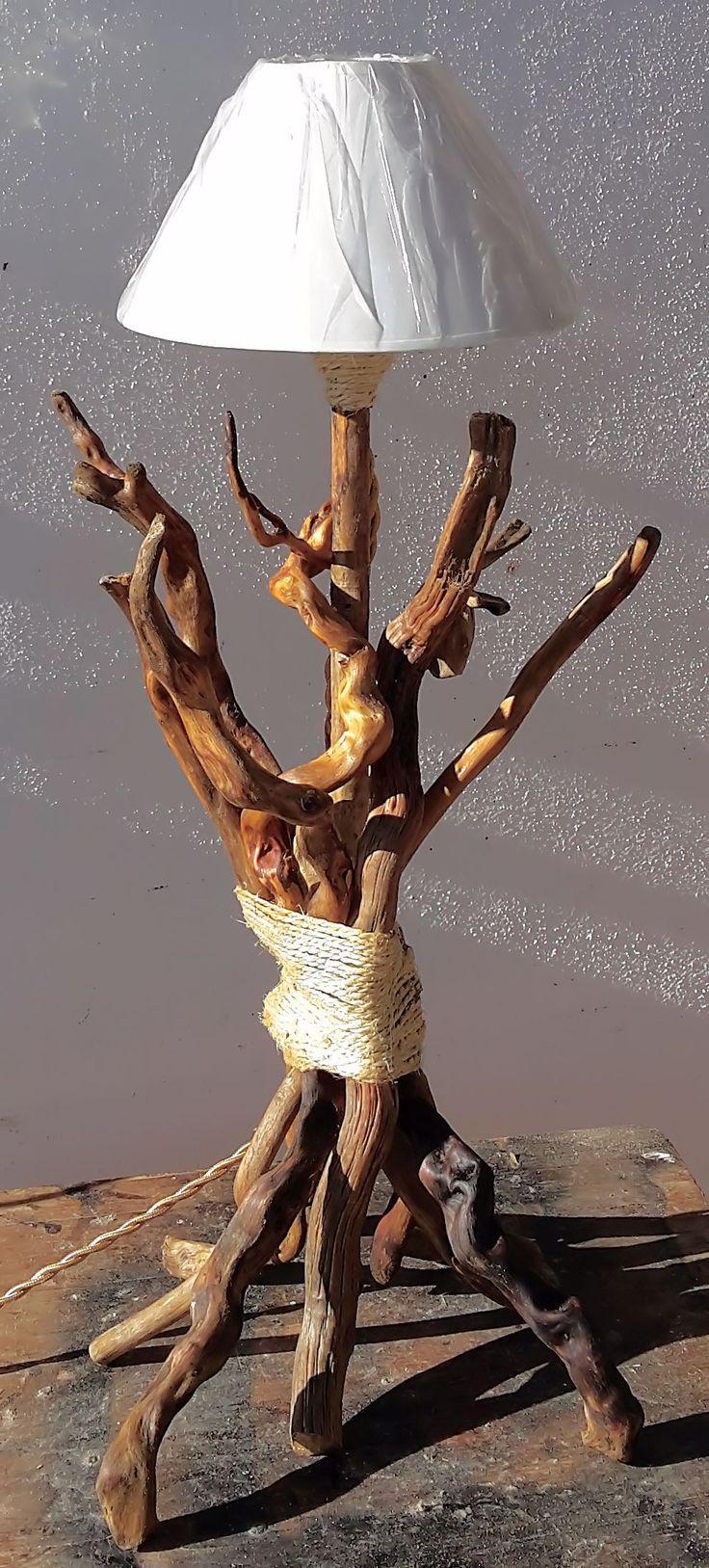 in legno marino realizzato artigianalmente con legni recuperati dal mare trattati con prodotti naturali olio di lino per risaltare maggiormente forma e venature, la lampada è alta 75 cm, la base 28 cm rifinita con corda di iuta.