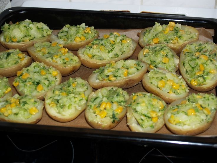 Pečené brambory s cuketou a kukuřicí