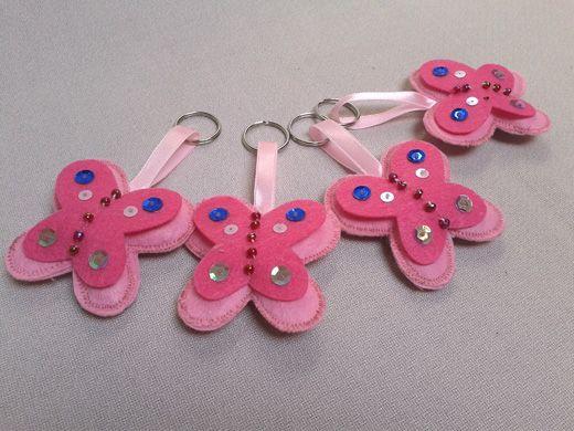 Filc és műbőr anyagból, flitterekkel, gyöngyökkel díszítve készülnek ezek a szép kulcstartók. Vásárold meg ajándékba annak, aki kedves neked vagy magadnak csak úgy. #Pillangó #kulcstartó.
