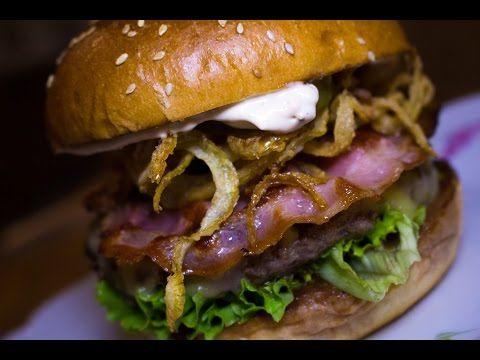Připravte si burger s barbecue omáčkou a křupavou slaninou - YouTube