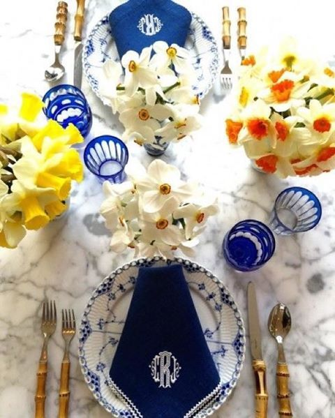 Blue and white with daffodils - Carolyne Roehm