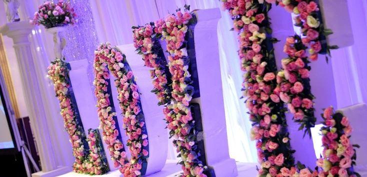 dekoracja sali weselnej - napis love z kwiatów róż i tulipanów za parą młodą.jpg (1120×540)