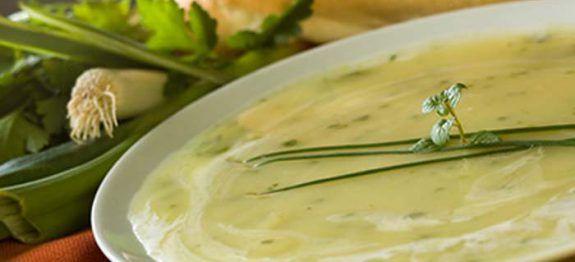Une recette de soupe à mettre de coté pour l'hiver prochain. Cette soupe de poireaux rutabaga est simple à faire et onctueuse au gout alors je vous conseil