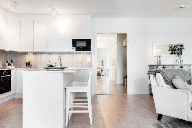 biała kuchnia skandynawska,aranżacja białej kuchni w stylu skandynawskim,białe krzesla barowe,drewniane wysokie krzesła,białe hokery w stylu...