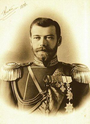 Dit is ongeveer de plaats waar Tsaar Nicolaas II geboren is.Nikolaj was een van de zonen van Alexander III van Rusland en Mariya Fyodorovna. Hij was naast tsaar van Rusland ook koning van Polen en Groothertog van Finland. Onder zijn leiding ging Rusland de Tweede Wereldoorlog in die rampzalig verliep voor het verouderde Russische leger. In 1917 sloot het de Vrede van Brest-Litovsk met Duitsland en Oostenrijk-Hongarije. Tijdens de Russische Revolutie deed hij afstand van de troon.