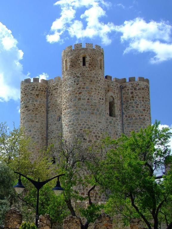 CASTLES OF SPAIN - El castillo de San Martin de Valdeiglesias Madrid), fue mandado levantar por Álvaro de Luna en el siglo XV. (Sobre restos, que datan de tiempos de Alfonso VIII de Castilla, en los siglos XII y XIII). Además de por Álvaro de Luna y sus herederos, la fortificación ha sido utilizada por distintas personalidades históricas, entre las que destaca la reina Isabel la Católica, que residió en ella cuando fue proclamada heredera de la Corona de Castilla.