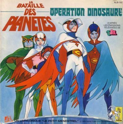 Unis comme les 5 doigts de la main, les 5 membres de la Force G (des jeunes adolescents capables de se transmuter en des êtres dotés de facultés surhumaines) vont parcourir les galaxies pour tenir en échec les forces extraterrestres de la planète Spectra, commandées par le cruel Zoltar. Dirigée par Mr Cavelier, le chef de la sécurité terrienne, et supervisée par le robot 7 Zark 7 (du plus profond du quartier général sous marin Neptune), la Force G, à bord du Phénix, n'hésite pas à mettre sa…