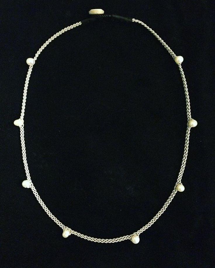 Duodjeに使われる錫糸を使ったネックレス。ポイントで淡水パールをあしらった、カジュア、ドレスどちらでも合わせられるネックレスです。¥5,400<YOHEI NOGUCHI>