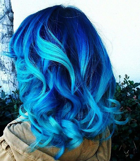 ✨I would never dye my hair with such a bright color, but on her, it looks pretty…