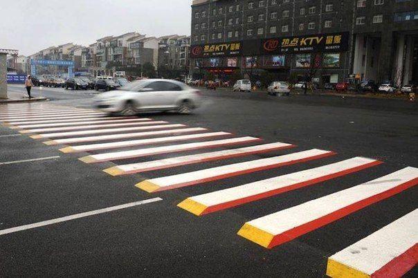 Водители китайского города Чангша жалуются, что новые 3D пешеходные переходы вызывают у них панику, потому что выглядят как брёвна или цементные блоки. Они думают, что дорога перекрыта, поэтому впадают в панику и резко жмут на тормоза.