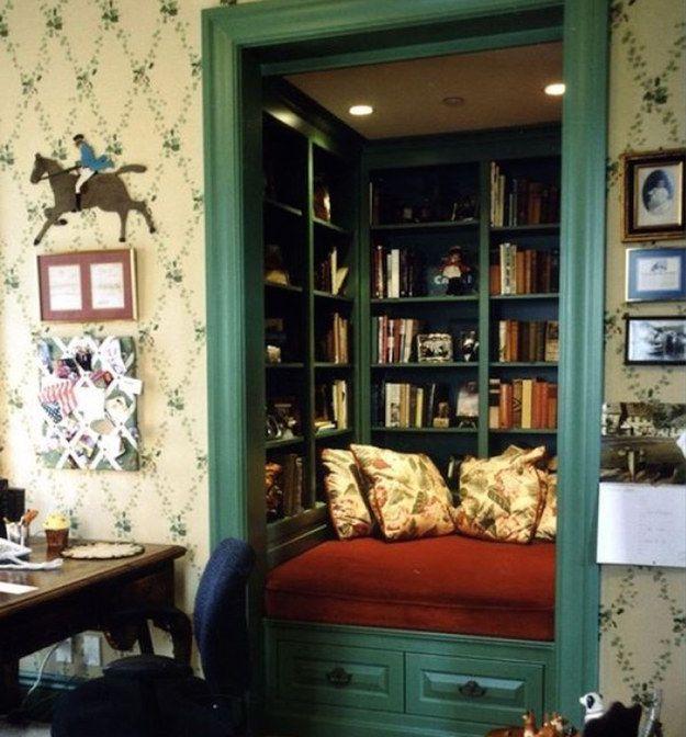 Esse armário convertido é um ambiente muito confortável para ler. | 17 ambientes lindos para almas que amam os livros