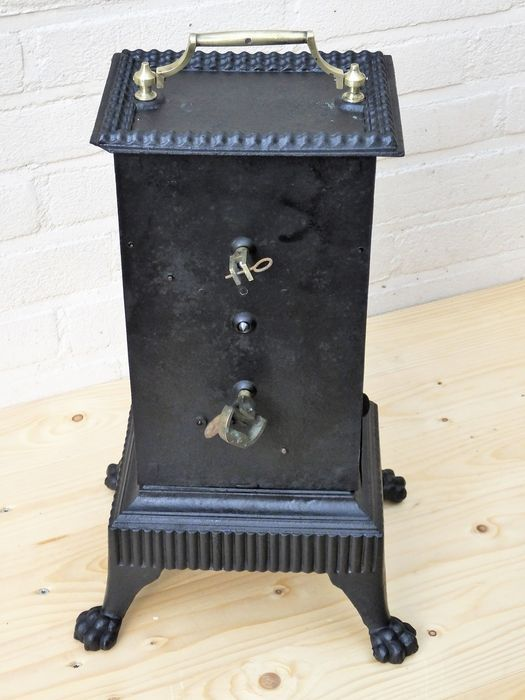 Gietijzeren spit met klokwerk - Frankrijk - ca. 1890  Franse gietijzeren draaispit. Werd vroeger gebruikt om het vlees te grillen bij het open haard vuur. Het uurwerk wordt door middel van een zwengel opgedraaid waardoor de contragewichten gaan draaien en waardoor het mechanisme de draaispit in werking stelt. Bij één keer opwinden draait hij ongeveer één uur. De draaispit heeft 2 standen. Door de houder te verplaatsen kan men kiezen uit 2 verschillende omwentel snelheden.Ook ideaal in de…