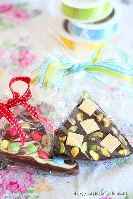 Шоколадный подарок своими руками Понадобится: Шоколад (горький, молочный, белый.. ) орешки, вяленные ягодки, вафли, конфетки, тянучки.... все, что вы любите. Шоколад поломать на кусочки и положить в миску. Поставить миску на кастрюлю с кипящей водой и растопить шоколад на водяной бане. Делать это все на среднем огне. Когда шоколад станет жидким, заливаем его в формочки и украшаем.