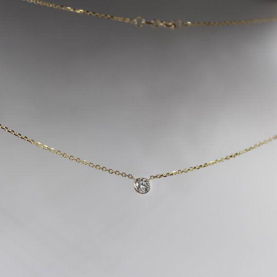 Uno de mis venta de artículos de venta, con un collar de diamantes solitario de.20 quilates.   ------------------------D E T A I LS-------------------------  DIAMOND  -Natural.20 quilates solitario diamante, GSI +, miden aproximadamente 3,8 mm, situado en un entorno de bisel de oro 14 k.   CADENA  -14 k oro sólido cable cadena -.5 mm - esta es la cadena que utilizo en todas mis piezas, se muestra en las TRES primeras fotos. Delicado por su diseño, sin embargo la durabilidad y el brillo son…