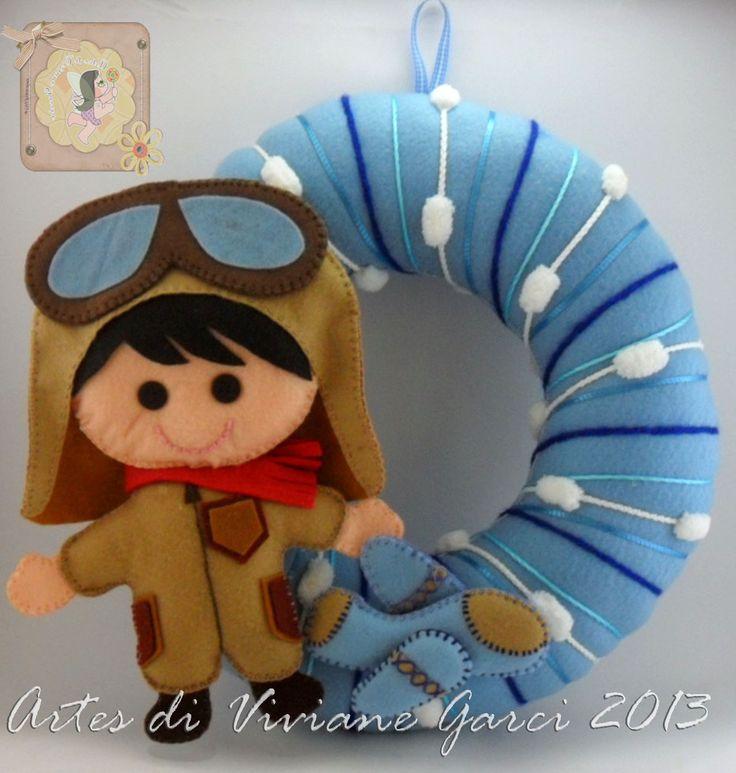 Porta Maternidade Aviador Disponível para venda - só falta personalizar o nome do bebê Fazemos o recorte de feltro para artesãs e-mail - artesdivivianegarcia@yahoo.com.br fanpage - https://www.facebook.com/pages/Artes-di-Viviane-Garcia/210050455699761