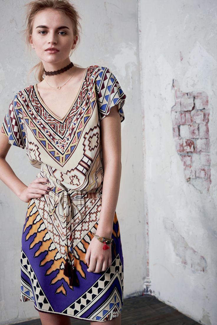 Ethno deluxe! In liebevoller Detailarbeit kommt dieses Kleid daher. Dazu kommen der Allover-Ethnodruck sowie ein Nackenschlitz als kleiner Eyecatcher. Ein Lieblingsteil, dem man sich nur schwer entziehen kann.