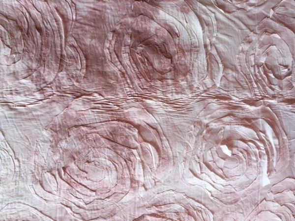 Tessuto effetto maltinto con rose applicate, composizione 100% cotone, altezza 150cm, disponibile in diverse varianti colore. Tessuto utilizzato maggiormente nel campo dell'abbigliamento per il confezionamento di abiti, gonne, maglie, top, vestiti lunghi.