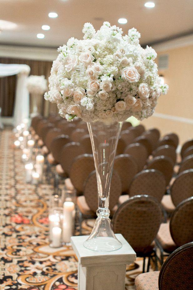 Classic floral arrangement for the ceremony (Photo by Arte De Vie)
