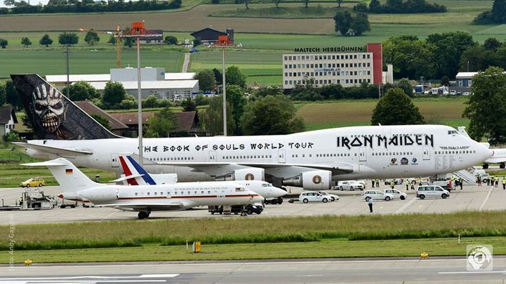 Т.И.Е. Фото из интернета.  Самолеты президентов Германии и Франции на фоне самолета рок группы.