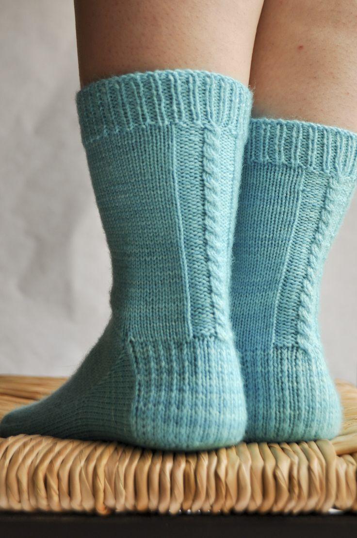 Les chaussettes de la Schtroumpfette de Elise Dupont, un patron gratuit recommandé pour les débutantes de la chaussette ! Se tricotent en 2,5 mm
