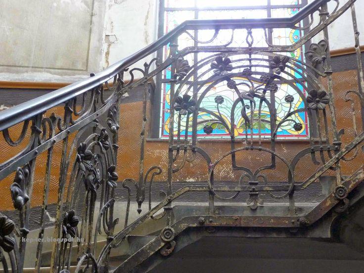 The beauty of decay in Hajós utca 32.