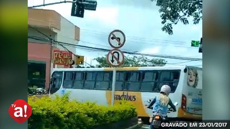 Ônibus da Stadtbus é flagrado cometendo irregularidade no trânsito de Botucatu; veja o vídeo -   Um ônibus da Empresa Stadtbus, umas das operadoras do transporte público de Botucatu, foi flagrado nesta segunda-feira, dia 23, cometendo uma infração segundo o Código de Transito Brasileiro. O vídeo foi enviado por um internauta, que pediu para não ser identificado, em postagem feita na fanpag - http://acontecebotucatu.com.br/cidade/onibus-da-stadtbus-e-flagrado-come