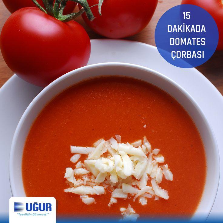 Havaların yavaştan soğumasıyla birlikte bol vitaminli ve lezzetli domates çorbasının zamanı geldi. Bir kaşık tereyağ ve 2 kaşık unu kavurun. Derin dondurucunuzdan çıkardığınız bir kase rendelenmiş yaz domatesi ve birbuçuk kaşık salçayı da ekleyip kavurmaya devam edin. Beş bardak su ve ağız tadınıza göre tuz ekleyip kıvam alana kadar kaynatın. Üzerine kaşar rendeleyip servis edebileceğiniz domates çorbanız 15 dakikada hazır!