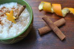 El arroz, la leche vegana y la canela combinan a la perfección para hacer este platillo latino tradicional.