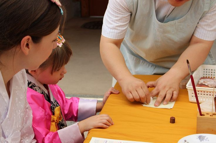Gold leaf printing experience program with children in Bukchon