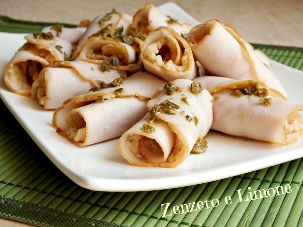 Ricetta semplice e veloce: degli involtini di tacchino ripieni di una deliziosa farcia a base di patate, capperi e tonno. Ottimi serviti freddi.