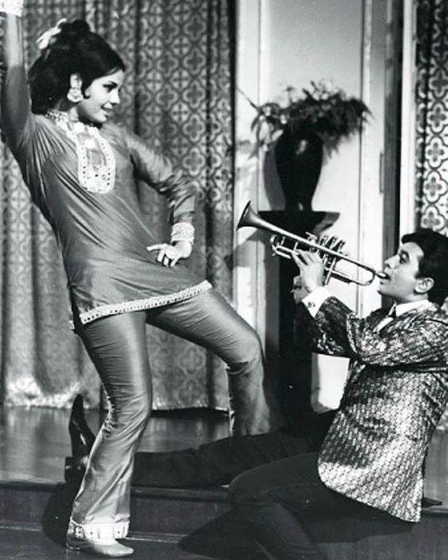#muvyz052017 #BollywoodFlashback #couplegoals #whichmuvyz #guessthemovie #RajeshKhanna #Mumtaz #muvyz #instagood #instadaily #instapic