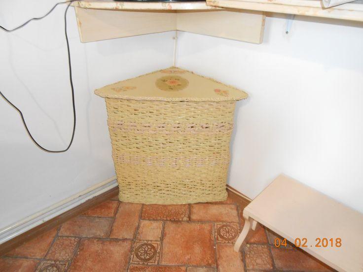 stolek pod televizí