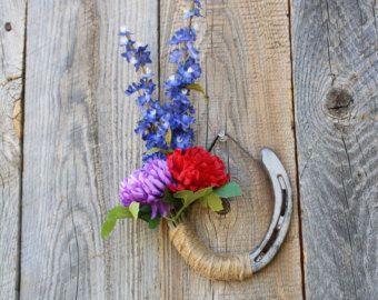 Herradura adornada con flores de rojo, azul y púrpura, decoración de flores de primavera, tema Western decoración rústica, decoración de la granja, decoración de casa rústica