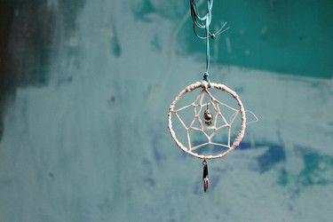 handgemachte Traumfängerkette aus Blech, Bast, Leder und Perlen; weiß/türkis/silber/schwarz (Modeschmuck)  Durchmesser: ca. 6,5cm Länge: ca. 9cm einfache Länge Kette: ca. 44cm