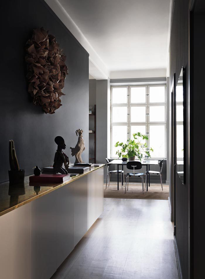 Dark home with color accents: Pictures by Jonas Ingerstedt – via Elle Decoration