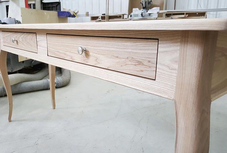 Стол для творчества изготовлен из массива ясеня, покрыт белым воском.  Для заказа пишите мне на d@glushankov.ru
