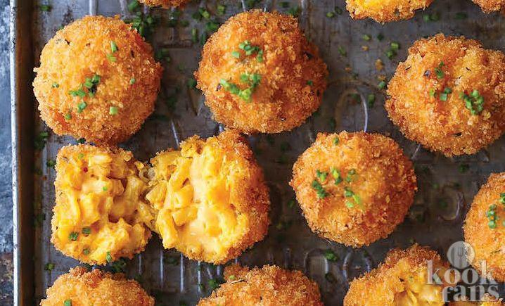 Deze macaroni en kaasballetjes zijn zo lekker! Soms hebben we zin in een hapje dat net iets anders is dan een bakje chips of een bakje nootjes. Maak daarom eens deze gefrituurde macaroni en kaasballetjes! Ze zijn niet zo heel gezond maar hé, het is maar één keer per jaar december!  Je hebt de vol