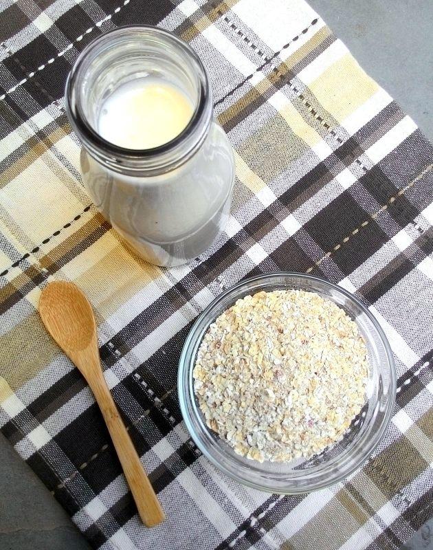 """O """"leite"""" de aveia é um dos """"leites"""" vegetais mais baratos e fáceis de preparar. E as aspas aparecem aí porque, na verdade, esta é uma bebida de origem 100% vegetal que de l…"""