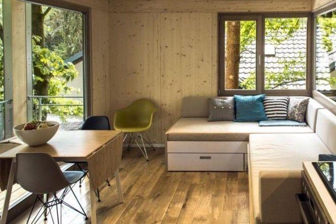 Chalet d'autore Dimensioni contenute, ma con tutti i comfort di una casa moderna. Le treehouse di BaumRaum sono complete di studio, cucina, letto, bagno con doccia e terrazza esterna. Guarda tutte le foto di questa casa