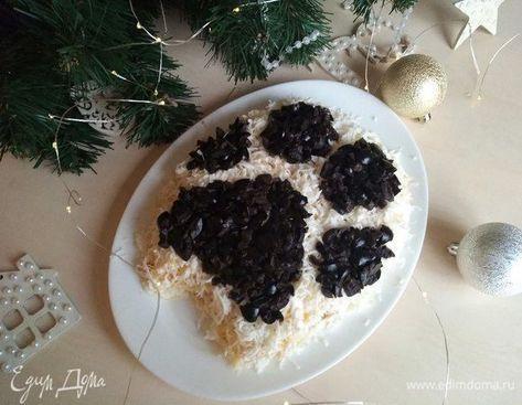 Новогодний салат «Собачья лапка». Ингредиенты: яйца куриные, маслины, майонез