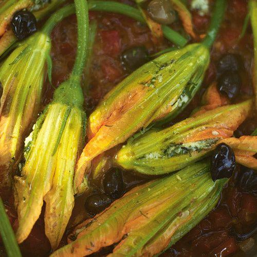 Deze gevulde courgettebloemen zien er niet alleen fantastisch uit, ze smaken ook verrukkelijk! Eet ze wel direct op, zolang ze nog krokant en heet zijn. Als je niet aan courgettebloemen kunt komen, kun je hetzelfde recept eventueel ook met alleen...