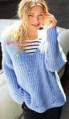 Свободный, чуть небрежный пуловер из пушистой голубой пряжи, с рельефным узором. Вязание спицами