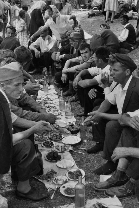 Balkan picnic. Henri Cartier Bresson. Yugoslavia, 1965 - Serbia.
