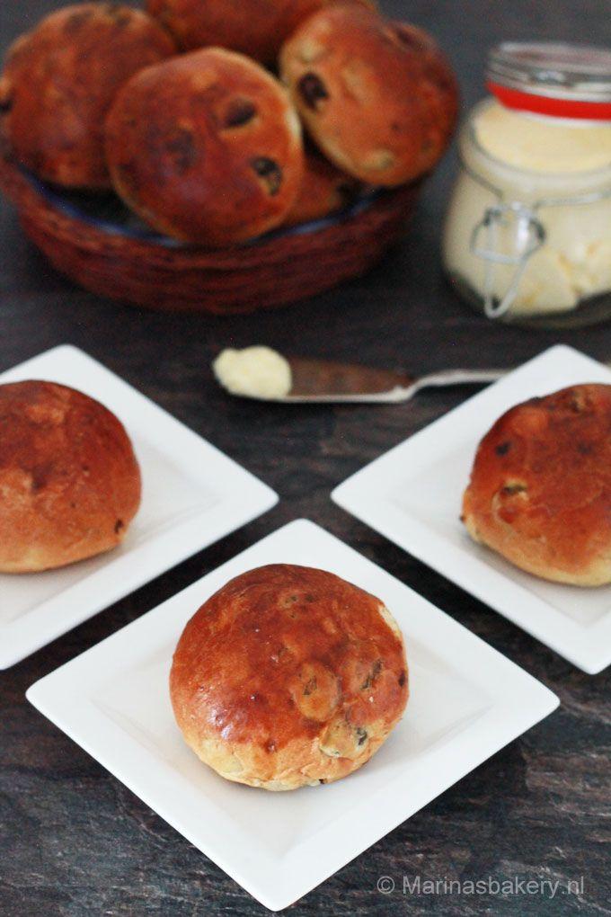 """krentenbollen naar recept van Robért van Beckhoven uit het boek """"Meesterlijk Brood"""" Leer bakken vanaf de basis"""