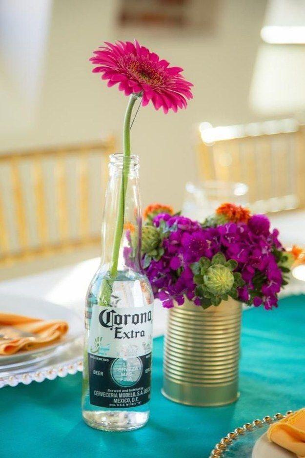 Usa botellas de cerveza y latas vacías para decorar con flores coloridas.   19 Consejos para llevar una fiesta mexicana al siguiente nivel