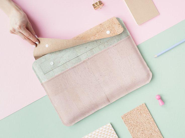 DIY-Anleitung: Laptoptasche aus farbigem Kork nähen / diy sewing inspiration for a laptop case made of cork fabric, sewing pattern via DaWanda.com