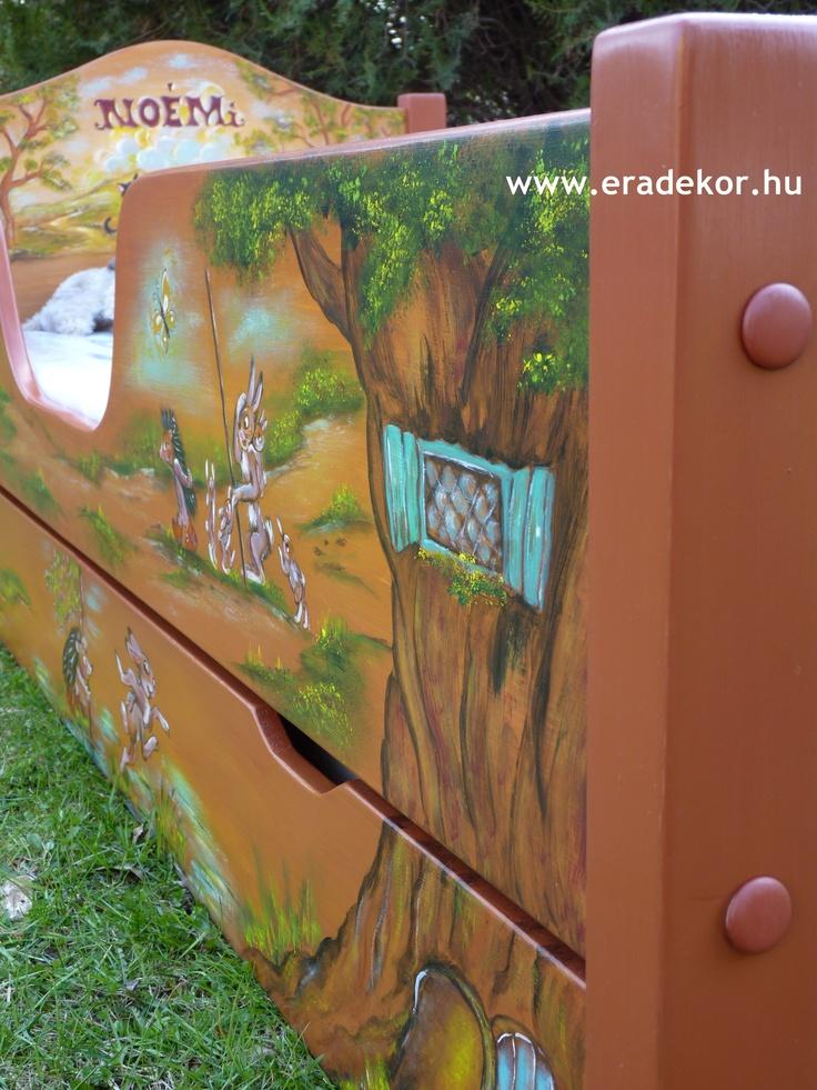 Magasított ágytámlák és kihúzható ágyneműtartó - Noémi névreszóló tömörfenyő festett gyerekágy. Fotó azonosító: AGYNOE19