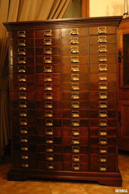 """Meuble de métier, vers 1910, façade noyer, 64 tiroirs, très belle facture, """"poignées porte étiquettes"""" en laiton."""