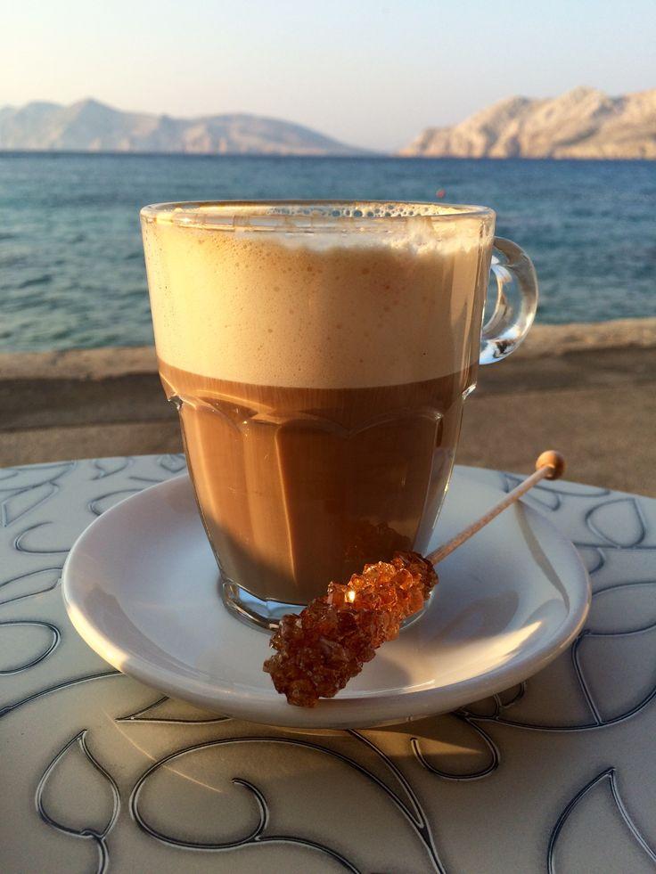 Tengerparti reggeli kávé barna kandiscukor pálcával